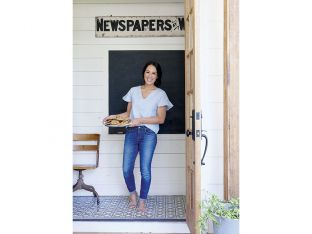 joanna gaines with cookies