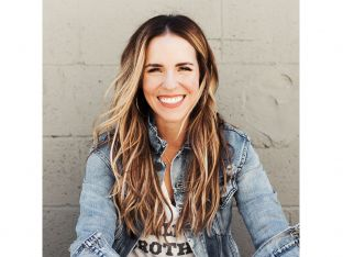 Rachel Hollis headshot